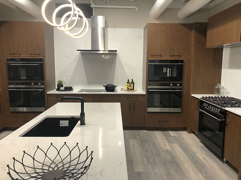 Fisher-&-Paykel-kitchen-with-range,-cooktop,-and-wall-ovens-at-yale-appliance-in-hanover-1