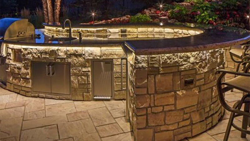 outdoor-kitchen-with-banister-lighting