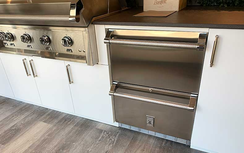 outdoor-kitchen-with-refrigerator-drawers